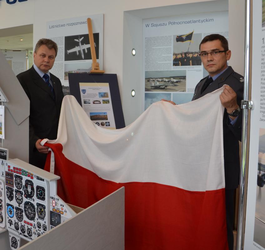 Przekazanie polskiej flagi z CAOC Finderup 2