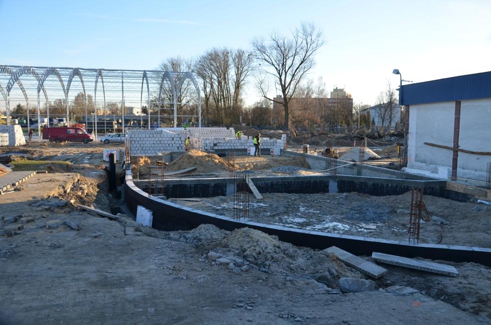 Fundamenty rozbudowywanego budynku MSP, w tle hangar 13.01.2014 r.