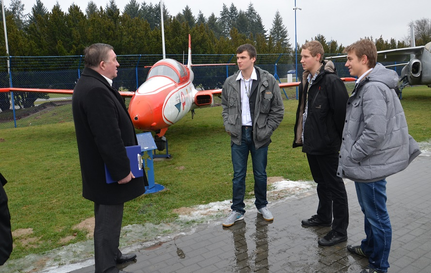 konkurs wiedzy o lotnictwie -uczniowie LO w Dęblinie w zadaniu terenowym