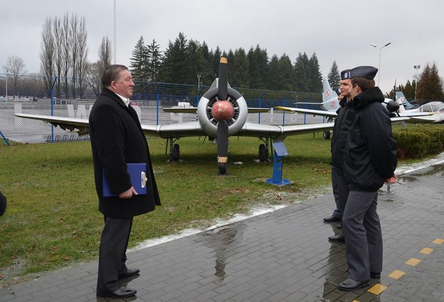 konkurs wiedzy o lotnictwie - uczniowie OLL Dęblin_ przy TS-8Bies