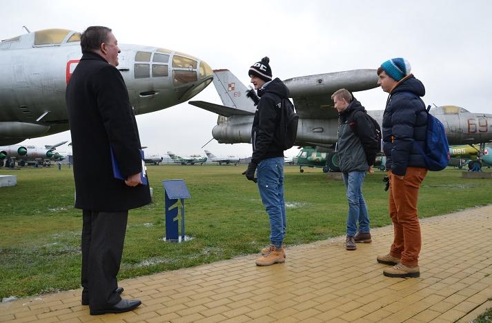 konkurs wiedzy o lotnictwie -uczniowie ZSZnr1 w Dęblinie w zadaniu plenerowym