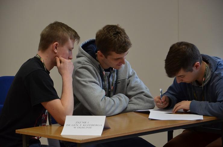 konkurs wiedzy o lotnictwie -uczniowie ZSZnr1 w Dęblinie