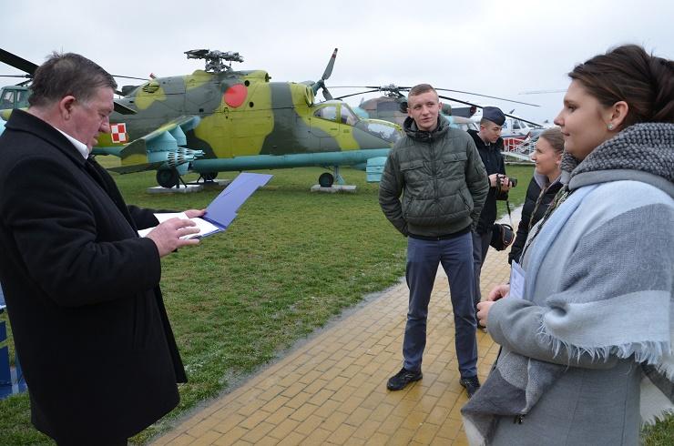 konkurs wiedzy o lotnictwie -uczniowie ZSZnr2 w Dęblinie w zadaniu terenowym