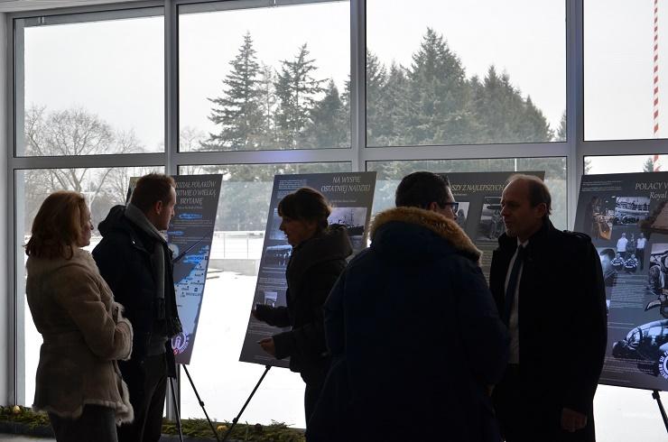 Delegacja z Sedriny zapoznaje się z wystawą czasową