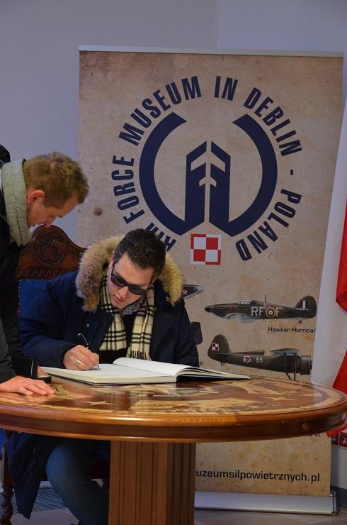 Burmistrz Sedriny dokonuje wpisu w Księdze Pamiątkowej