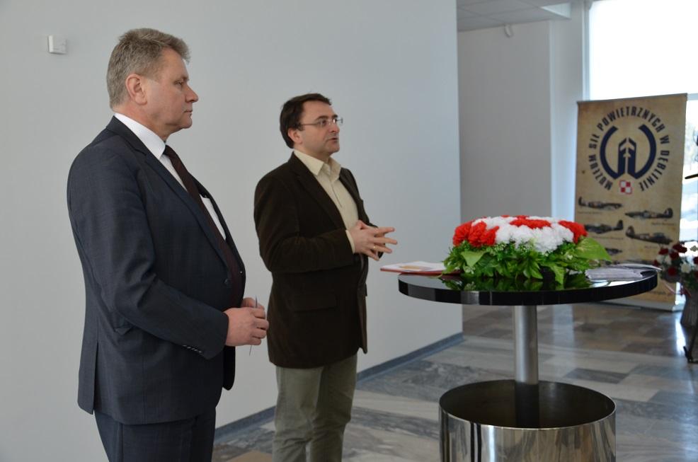Otwierający wystawę_ gen. bryg (R) pil. inż. Ryszard Hać oraz przedstawiciel IPN o. Lublin_ Michał Durakiewicz