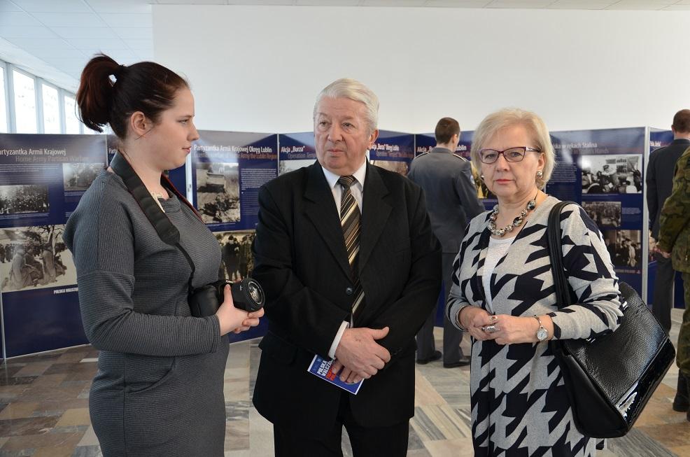 Przedstawicielka koła naukowego historii Wsosp w rozmowie z Panem Henrykiem Wiejakiem i Panią Anną Sawińską