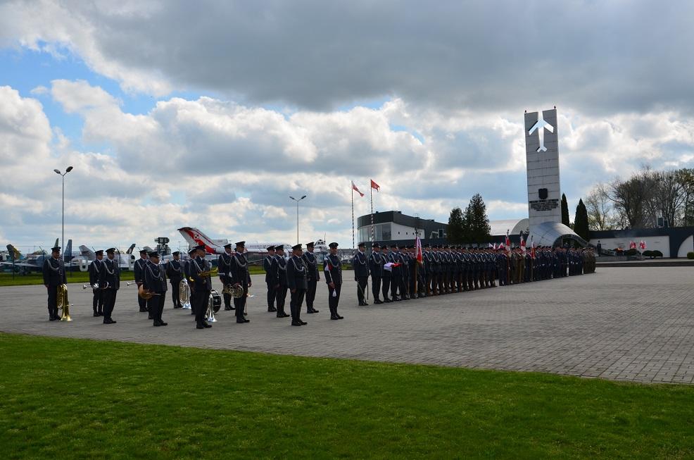29.04.2016 Święto Flagi - Pomnik Bohaterskim Lotnikom Dęblińskiej Szkoły Orląt (2)