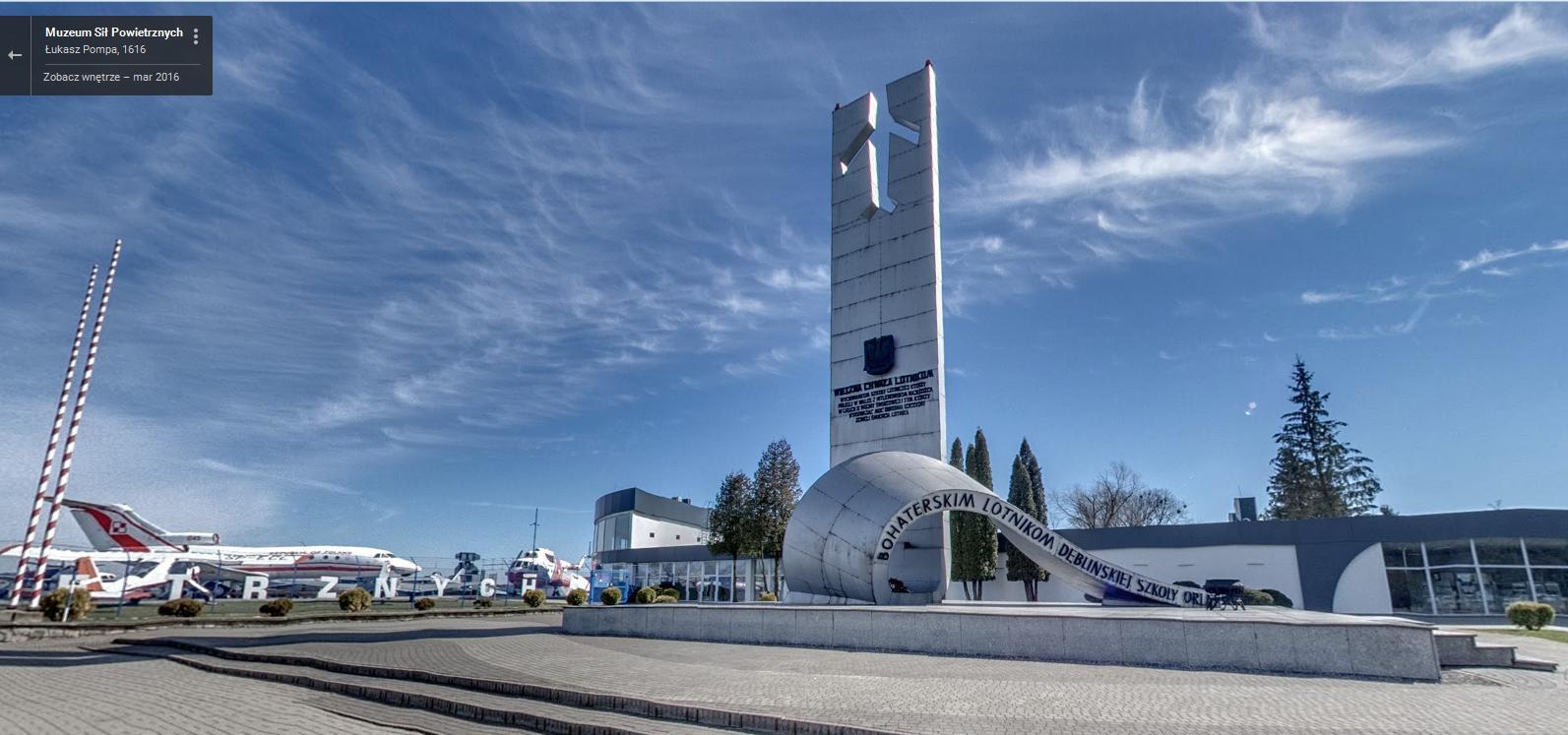Pomnik Bochaterskich Lotników Dęblińskiej Szkoły Orląt -panorama Google Street View - Muzeum Sił Powietrznych w Dęblinie