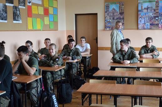 Gen. bryg (R) pil. inż. Ryszard Hać na spotkaniu z uczniami klas mundurowych Lotniczych Zakładów Naukowych we Wrocławiu