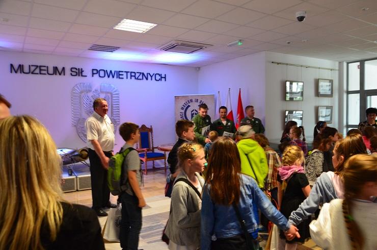 Piloci czytają dzieciom Muzeum SIł Powietrznych w Dęblinie (4)