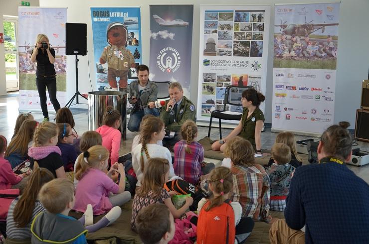 Piloci czytają dzieciom Muzeum SIł Powietrznych w Dęblinie - gen. bryg. (R) pil. inż. Ryszard Hać (2)