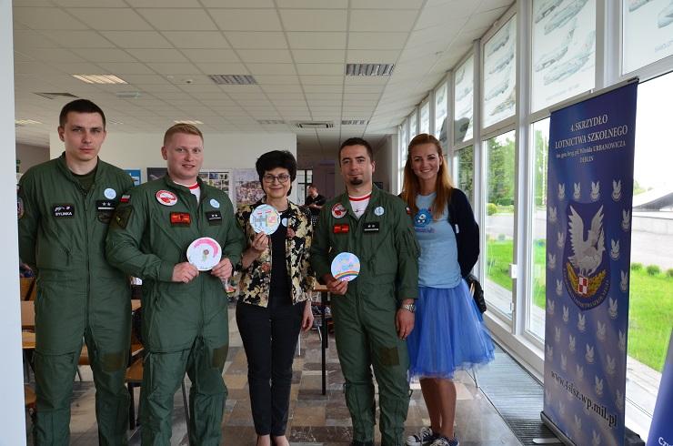 Piloci czytają dzieciom Muzeum SIł Powietrznych w Dęblinie, projektowanie naszywki dla pilotów - trzy pierwsze miejsca