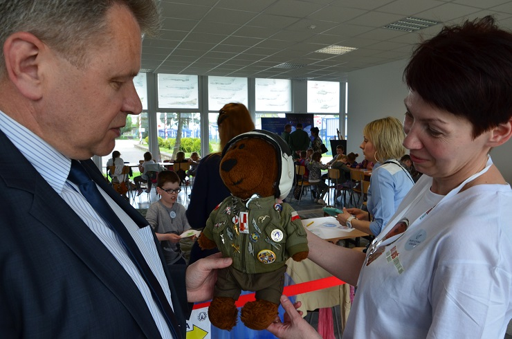 Piloci czytają dzieciom Muzeum SIł Powietrznych w Dęblinie - tajemniczy gość Boguś Niedźwiedź z odznaką muzeum