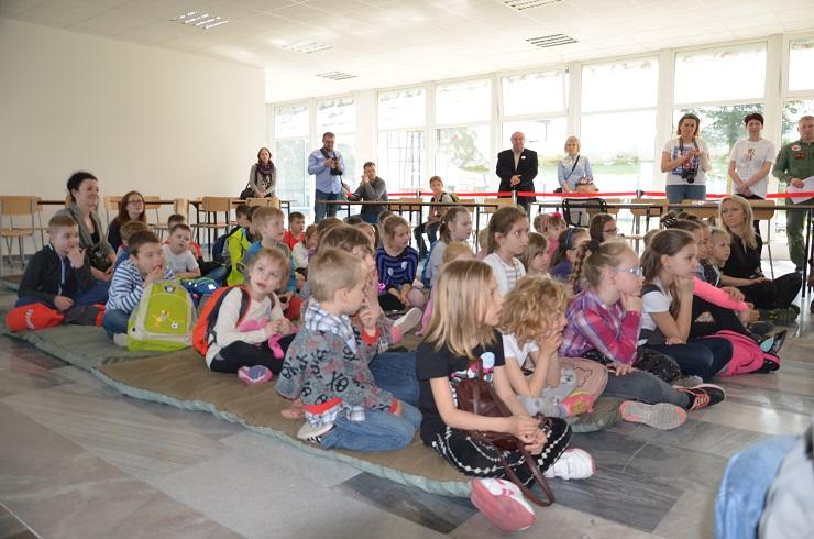 Piloci czytają dzieciom Muzeum SIł Powietrznych w Dęblinie