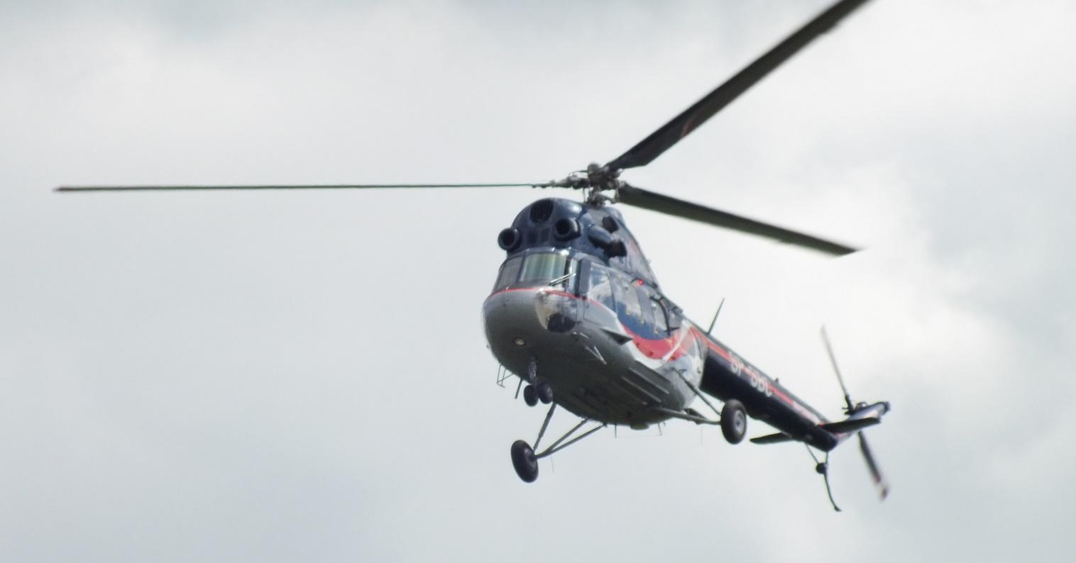 Pokaz śmigłowca Mi-2 pilotowanego przez instruktora PWSZ w Chełmie