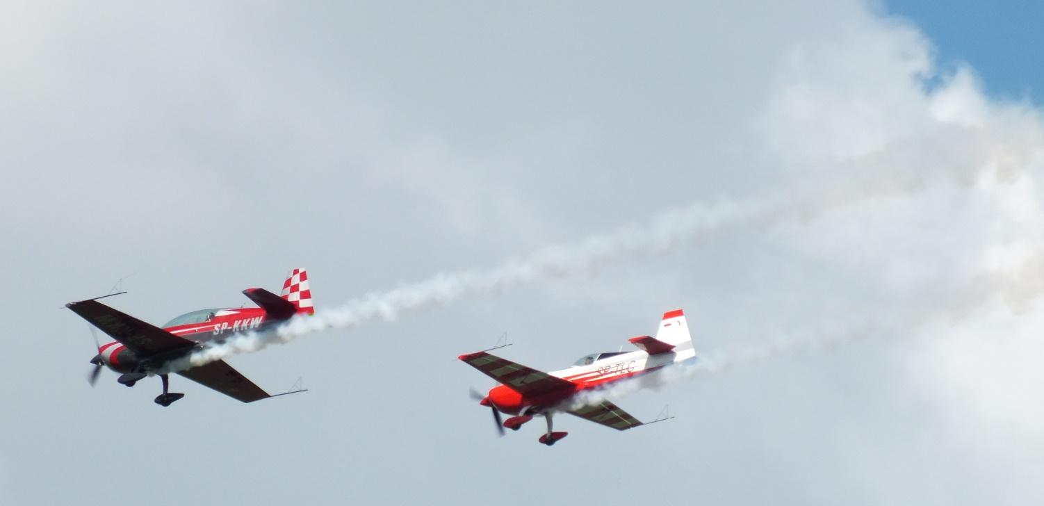 Pokaz możliwości samolotów Extra 330