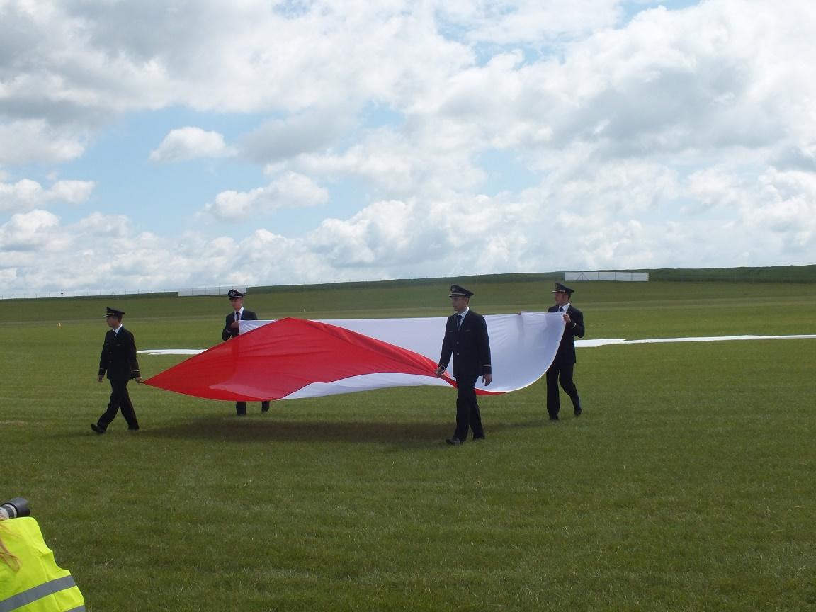 Studenci PWST odbierają flagę RP, z którą zeskakiwali spadochroniarze