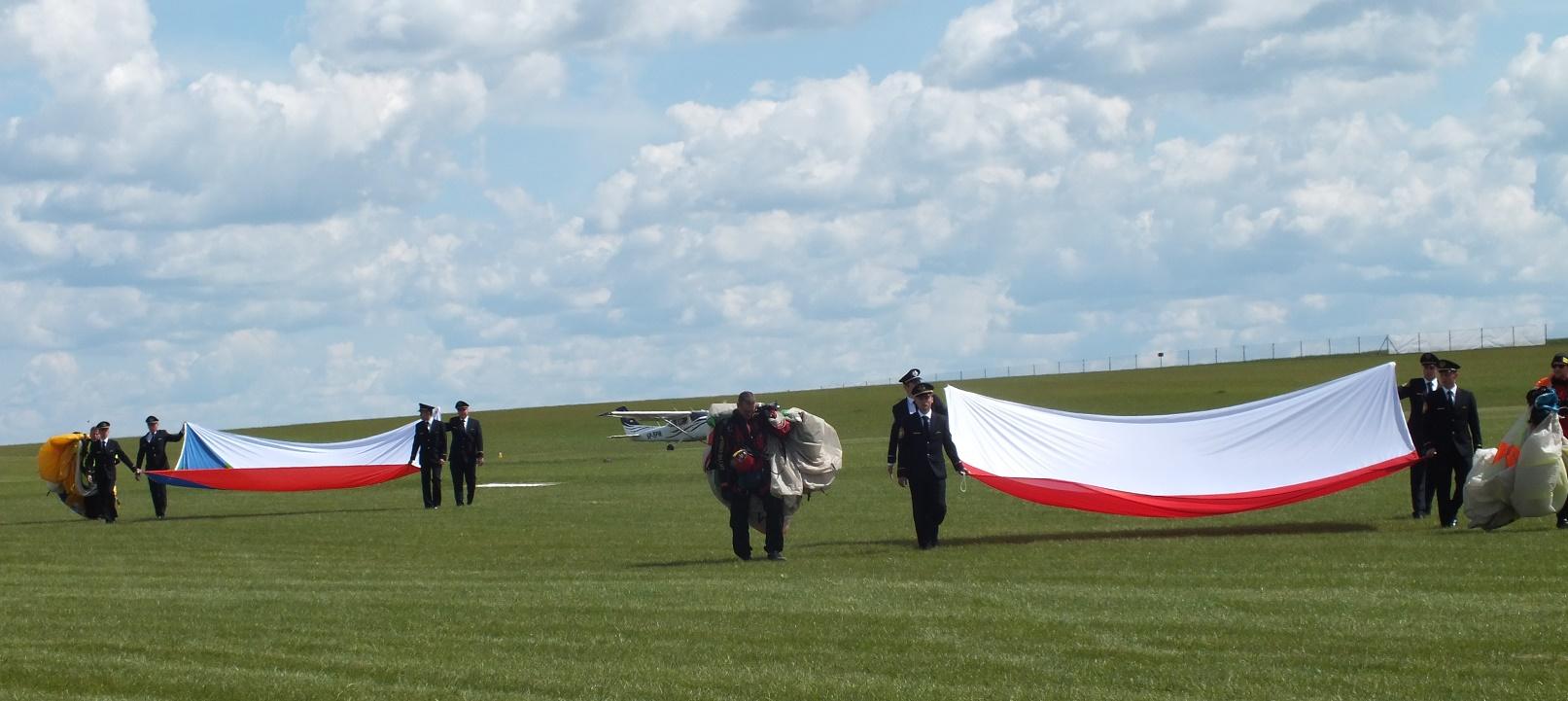 Studenci PWST odbierają flagi, z którymi zeskakiwali spadochroniarze