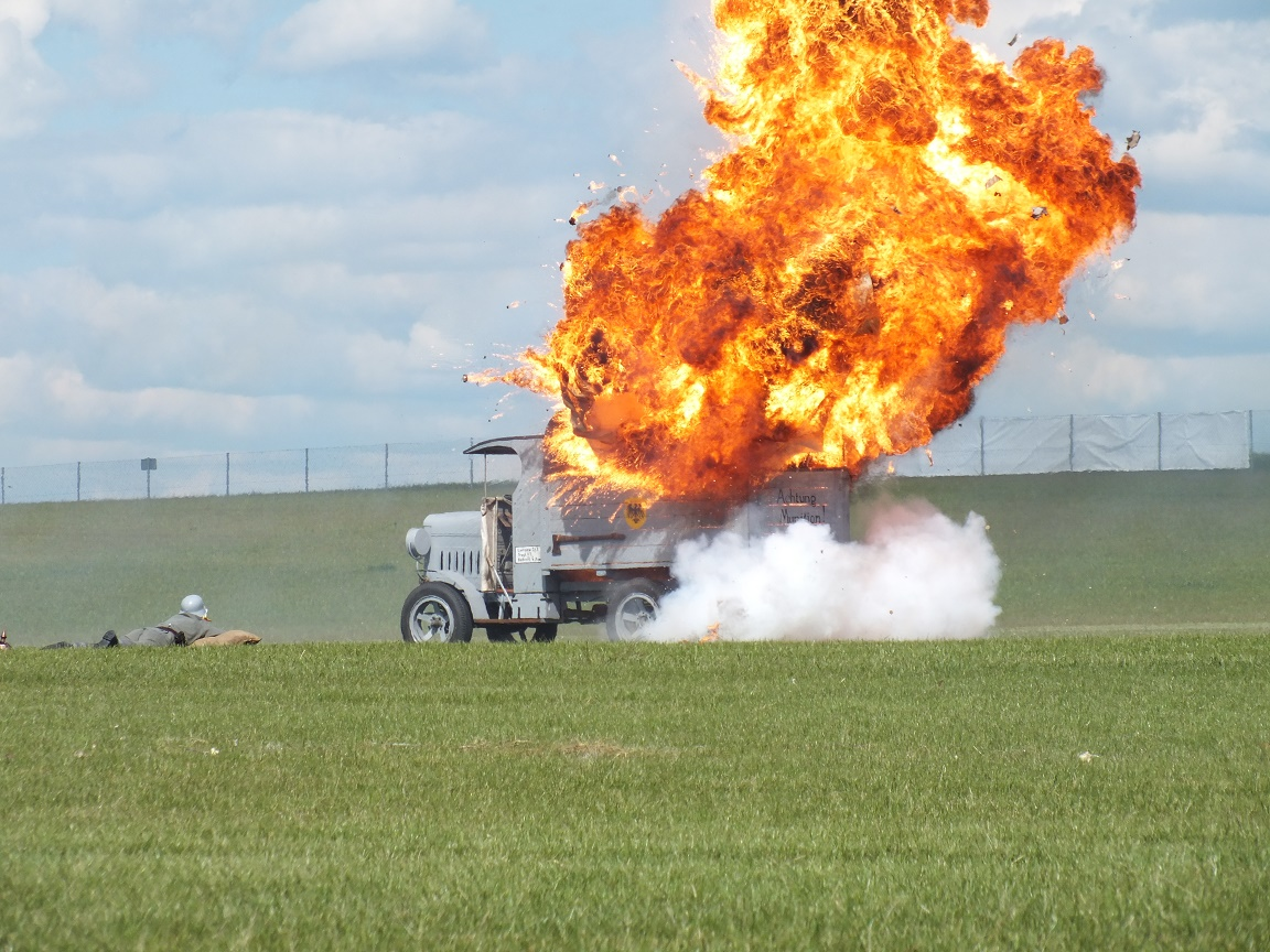 Udany atak bombowy na niemieckie lotnisko - inscenizacja grupy Pterodactyl Flight