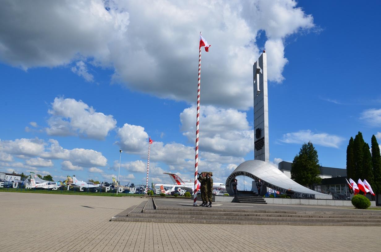 Święto Lotnictwa Dęblin podniesienie flagi