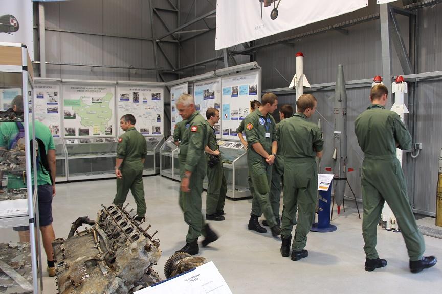 Grupa szwajcarskich pilotów w Muzeum Sił Powietrznych w Dęblinie (3)