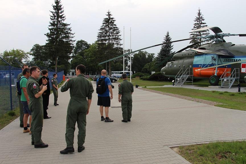 Grupa szwajcarskich pilotów w Muzeum Sił Powietrznych w Dęblinie przy Mi 6