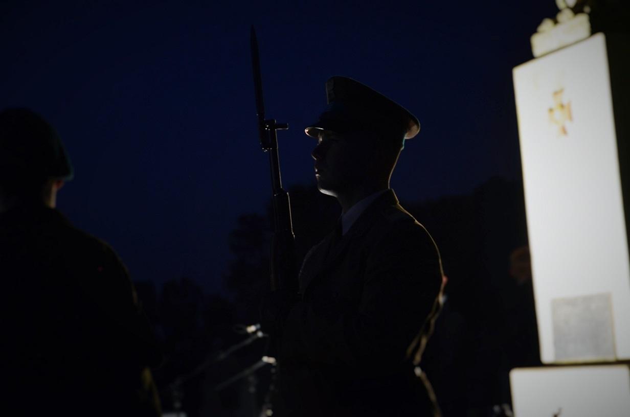 uroczystosci-77-rocznicy-bitwy-pod-barakiem-warta-honorowa-przy-pomniku-zolnierzy-wrzesnia-na-kwaterze-wojennej-cmentarza-parafialnego-w-szydlowcu