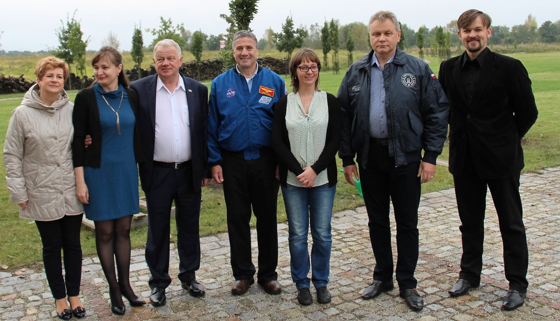 ekipa-hotelu-kosmonauty-i-muzeum-sil-powietrznych-z-georgem-zamka-amerykanskim-astronauta