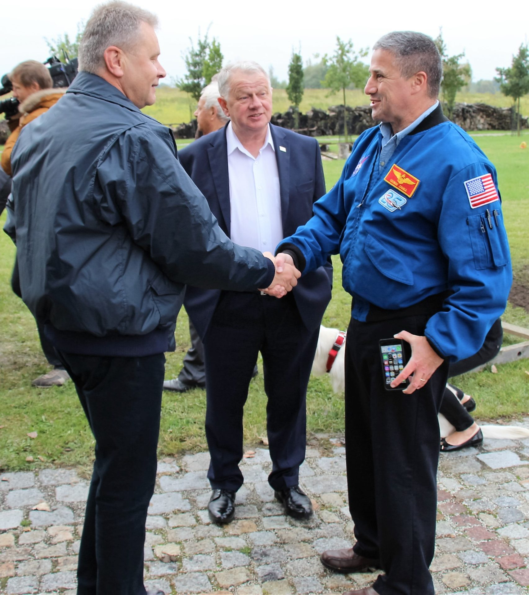 general-ryszard-hac-adam-bisek-i-amerykanski-astronauta-george-zamka-wkopanie-debu-wroclaw