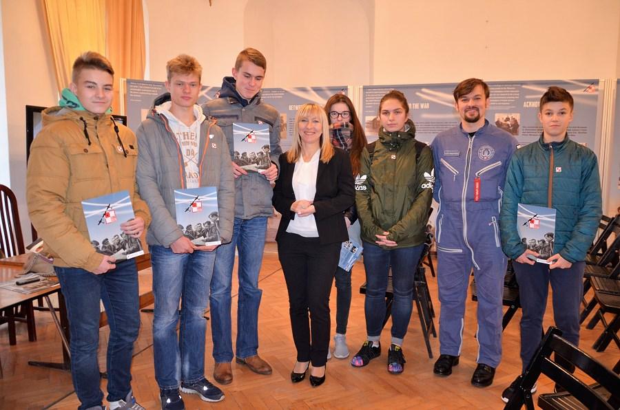 grupa-entuzjastow-lotniczych-z-gimnazjum-nr-1-im-orlat-lwowskich-w-radzyniu-podlaskim