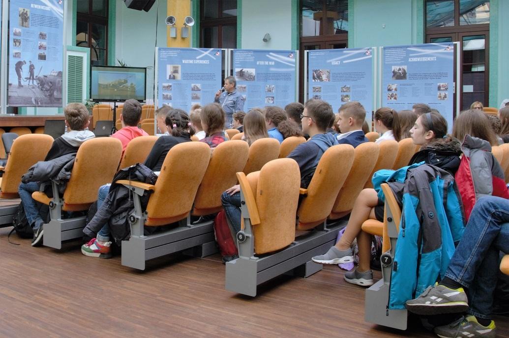 wystawa-17-000-reasons-to-remember-spotkanie-z-mlodzieza-w-miejskim-centrum-kultury-w-skarzysku-kamiennej2