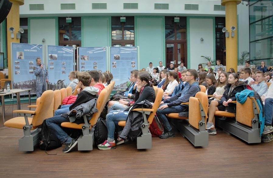 wystawa-17-000-reasons-to-remember-spotkanie-z-mlodzieza-w-miejskim-centrum-kultury-w-skarzysku-kamiennej3