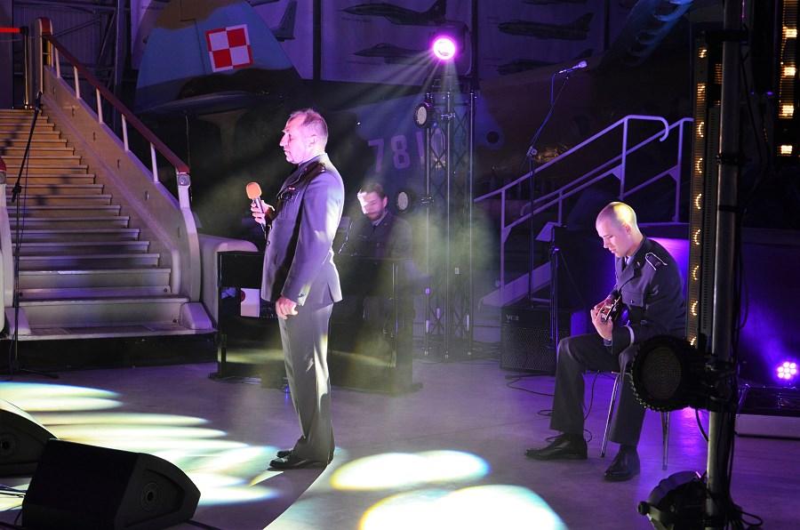 por. Józef Piecek-wokal_pchor. Borys Kaczmarek - gitara_ Sławomir Leszczyński - pianino(2)