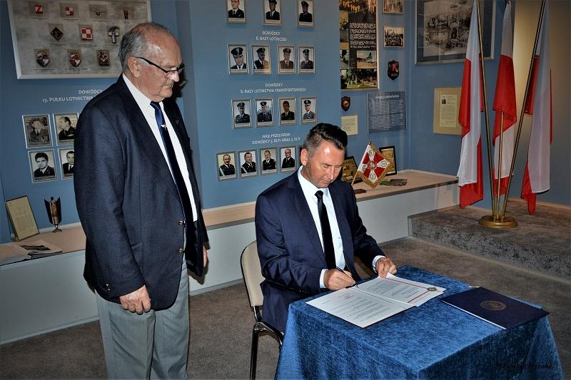 Dyrektor Paweł Pawłowski podpisuje porozumienia z krakowskim oddziałem SSLW RP