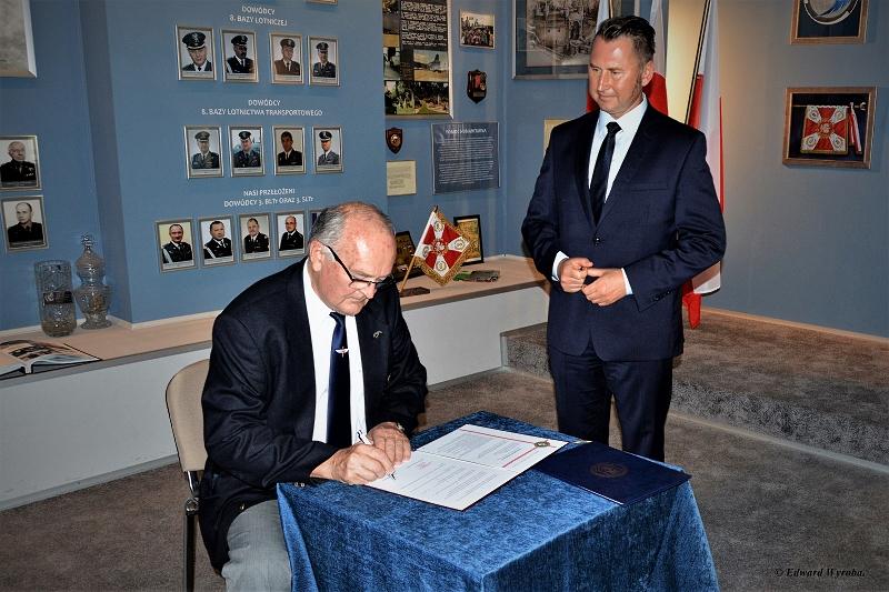 Prezes płk pil. inż. Stanisław Wojdyła podpisuje porozumienie z krakowskim oddziałem SSLW RP